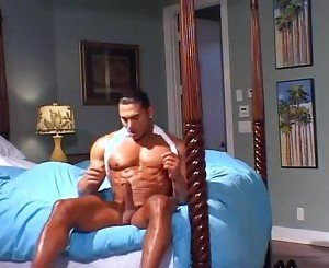 Frot solo bodybuilder humping the bed