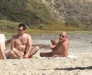 Caras pegos se masturbando na praia de nudismo-Guys caught jerking at nude beach.